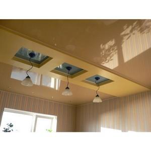 Зонирование кухонного помещения достигается за счёт создания потолка имеющего несколько уровней.